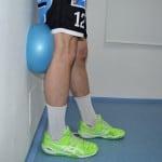 Propínání kolene do overballu ve stoje